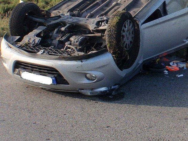 Převrácené auto. Ilustrační foto.