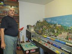 Pavel Březina je emeritní strojvedoucí, který po práci zamkl mašinu a šel si domů hrát s vláčky. Ovladačem přepíná na jednotlivých vlacích  houkání, startování nebo světla