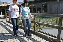 Jaké to je pohybovat se bez pomoci zraku a sluchu si mohli vyzkoušet 2. května návštěvníci pražské ZOO.