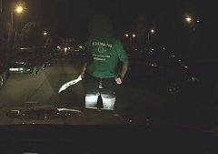 Policisté zadrželi opilého muže s mačetou.