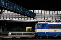 Nádraží Praha Holešovice. umístěné ve výhodné poloze poblíž přístavu a dalších průmyslových objektů a zároveň u konečné stanice trasy metra C Fučíkova s přiléhajícími terminály městských, příměstských i dálkových autobusů.