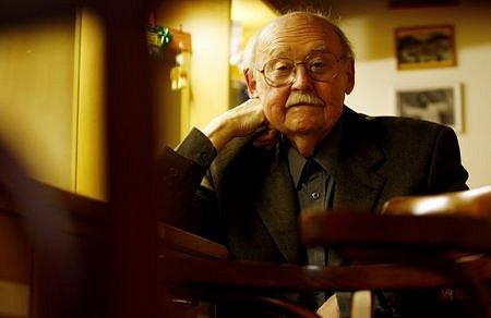 Herec Lubomír Lipský, který oslaví za nedlouho své 85. narozeniny, poskytl 11. dubna Deníku rozhovor v divadle ABC v Praze.