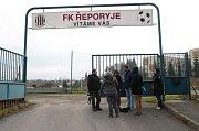 Úspěšný odchyt ibisa na fotbalovém hřišti v pražských Řeporyjích