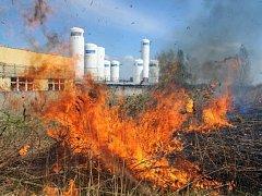 Požár travnatého a křovinatého porostu v blízkosti firmy Linde Gas v pražských Kyjích.