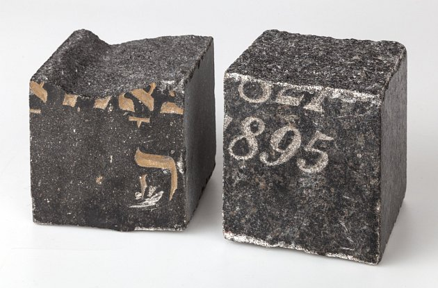 DLAŽEBNÍ KOSTKY vyrobené zžidovských náhrobků ze zlikvidovaných hřbitovů byly využity při budování pěší zóny vPraze 1.