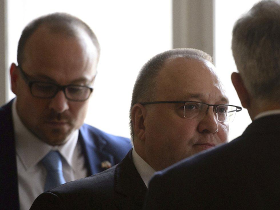 Bývalý generální ředitel společnosti Neograph Vladimír Sitta starší (uprostřed) se svým synem stejného jména Vladimírem Sittou (v pozadí vlevo