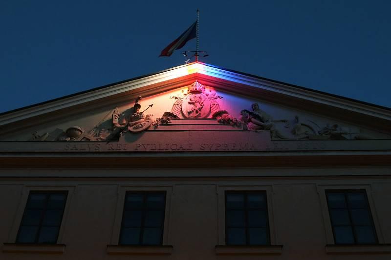 Poslanecká sněmovna nasvícená 17. 11. 2020.