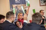 Debata Pražského deníku, která začala na autobusové stanici na Veleslavíně a pokračovala na Terminálu 3 v hotelu Ramada 13. října v Praze. Černochová, Novotný