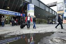 Dálkovou i příměstskou železniční dopravu v Praze ovlivňuje rekonstrukce haly hlavního nádraží. Potrvá do poloviny roku 2017.