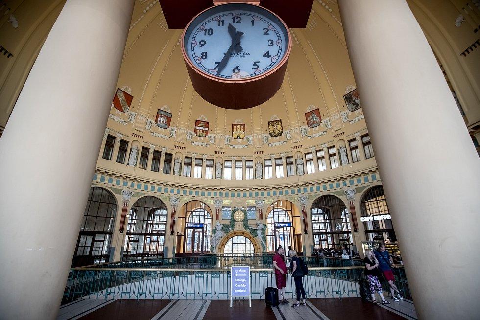 Ilustrace pražského hlavního nádraží, 10. srpna. Hlavní nádraží, Wilsonovo, Fantova kavárna