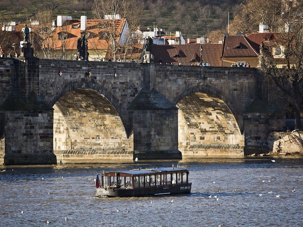 Pohled na Karlův most v Praze.