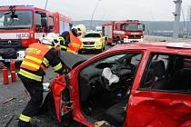 Střet dvou osobních aut na Radotínském mostě v Praze.