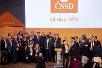Druhý den volebního sjezdu ČSSD, 2. března 2019 v Hradci Králové. Na snímku se delegáti fotí s předsedou strany Janem Hamáčkem.