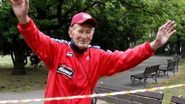 Dálkový chodec Juraj Puci přichází 6. května do cíle svého 24hodinového nonstop pochodu Prahou, během něhož ušel přes 126 kilometrů.