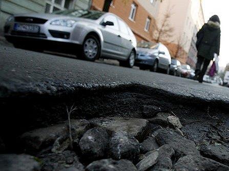 Pražský magistrát nedá příští rok TSK peníze na opravu a údržbu komunikací. Snímek je z ulice Čajkovského na Žižkově.