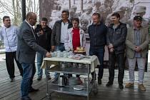 Po 42 letech se sešlo šest pamětníků příchodu 25 000 000. návštěvníka pražské zoo z roku 1975. Zoo Praha pro ně opět připravila slavnostní dort.