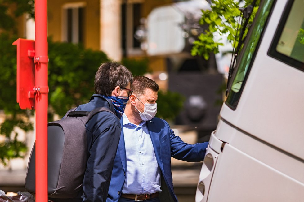 Tramvaj Škoda 14T v nové vizuální šedo-červené podobě Pražské integrované dopravy (PID). Na snímku je i ředitel dopravního podniku Petr Witowski.
