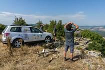 Antonín Vaidl (vlevo), koordinátor EEP pro supy mrchožravé, a Ivelin Ivanov (vpravo), ředitel organizace Green Balkans, pozorují hnízdo supa mrchožravého ve skalním převisu nad vesnicí Komunari.