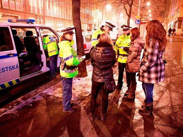 Záchrannou službu volali strážníci jedné z kontrolovaných dívek, na kterou o víkendu narazili při noční obhlídce klubů a diskoték v Praze 2