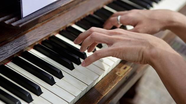 Pražský kavárník Ondřej Kobza začal od 13. srpna umisťovat do centra Prahy piana, aby si na ně mohl kdokoliv zahrát.