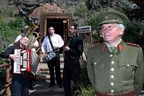 Otevření repliky protileteckého krytu z období druhé světové války v pražské zoo. Štola vznikla v polovině 19.století a svá tajemství začala vydávat v roce 2012 a v čele novodobých průzkumníků stanul ředitel Zoo Miroslav Bobek.