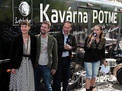 Zahájení tour autobusové Kavárny POTMĚ na náměstí Míru