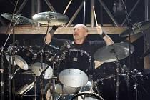 PŘÍLIŠ VELCÍ PRO STRAHOV. Phil Collins své Genesis nakonec přiveze na vysočanské parkoviště.