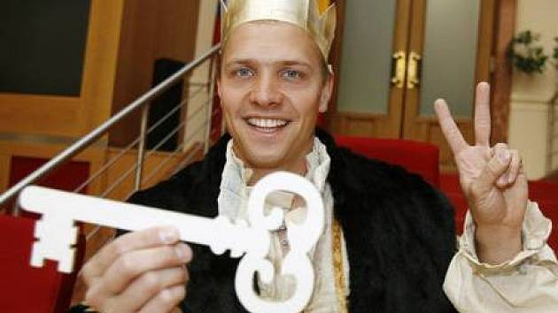 Král Pražského Majálesu Martin Palán na snímku, který si za své královské jméno vybral Karel Třináctistýčtyřicátýosmý zvaný Kampusák, převzal dne 2. května z rukou náměstkyně primátora Markéty Reedové symbolický klíč od města.