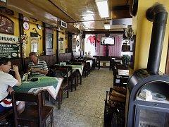 """BRANÍK. Zdejší nádražní restaurace už dávno není výchozí a cílovou stanicí trampů. Stále však patří k příjemnějším """"nádražkám""""."""