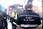 Opilý pár se v Praze na Florenci napadal, žena měla dítě v náruči. Zakročila městská policie.