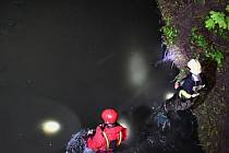 V Uhříněvsi spadla žena do potoka, policistům tvrdila, že je tam malé dítě.