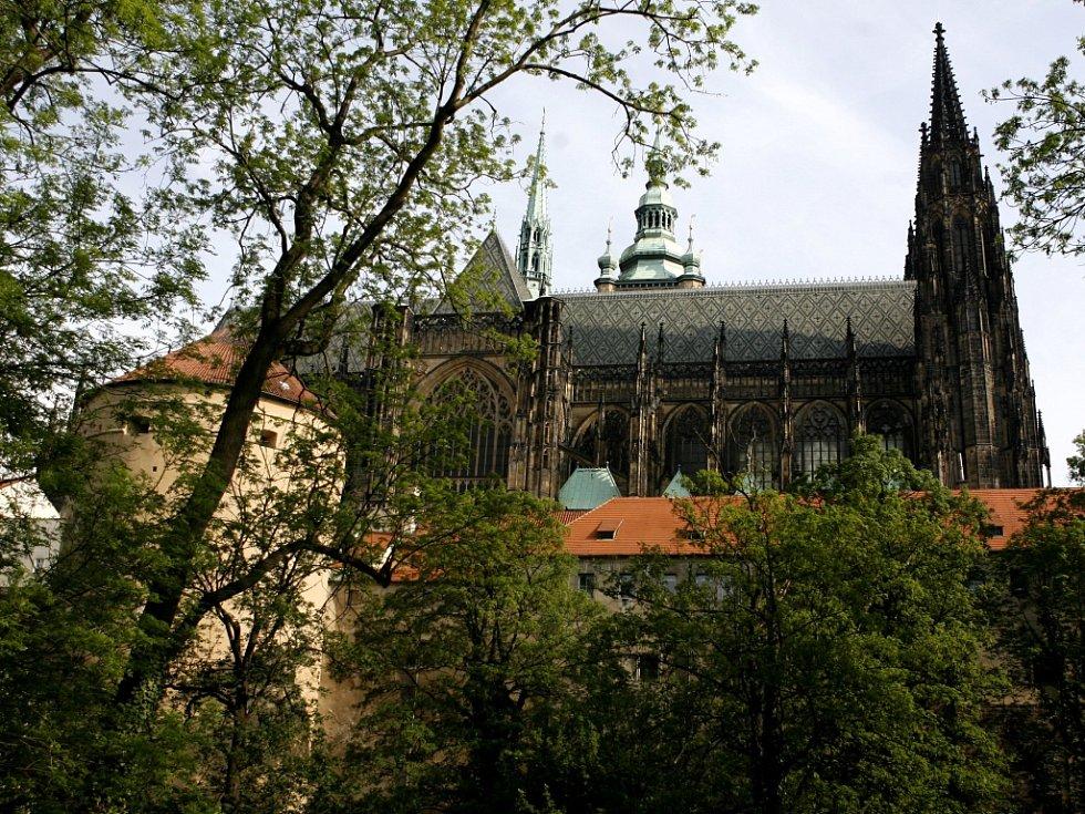 Pohled na Pražský hrad a chrám sv. Víta z Jeleního příkopu.