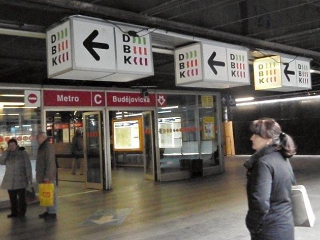 Vstup do stanice metra Budějovická působí poněkud neutěšeně. Pozornější pohled prozradí, že ze stropu pasáže zmizely podhledy a zůstala obnažená konstrukce.