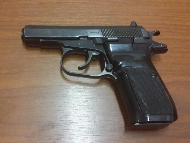 Bourající policista Karel Kadlec musel odevzdat třináct střelných zbraní.