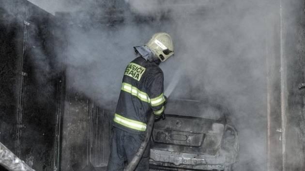 Žhářský útok měl na svědomí požár zaparkovaného auta i zničení garáže, ve kterém vůz stál.