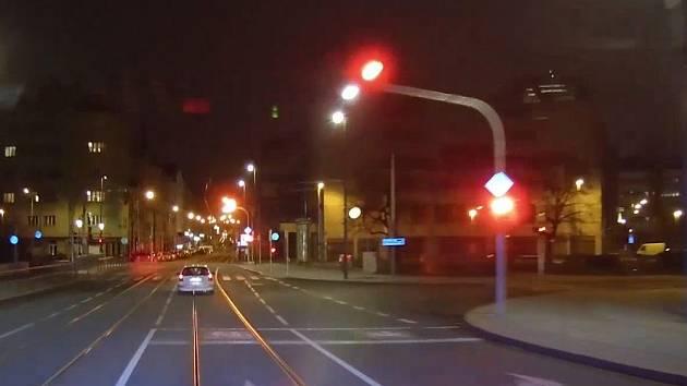 Policii ujížděl řidič rychlostí až 170 km/h, pak je postříkal sprejem.