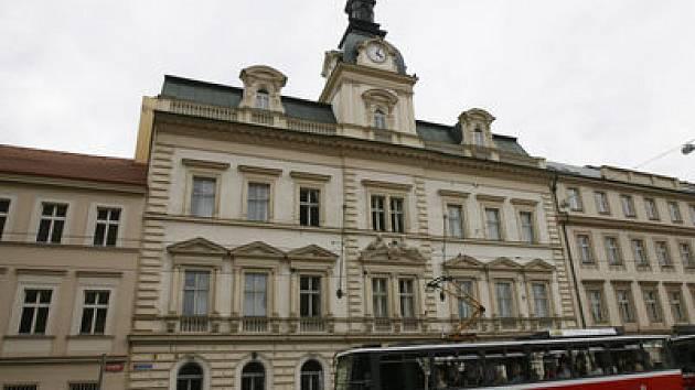 PRODÁNO. Bývalé sídlo Technické správy komunikací (na snímku zcela vlevo) změnilo majitele.