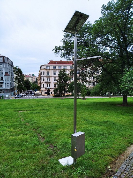 Mlhoviště v Praze 2. Riegrovy sady - pohled na Polskou ulici.