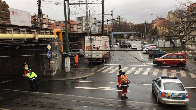Stržená trolej na Výtoni zkomplikovala tramvajovou dopravu v Praze.