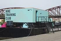 Neobvyklé fitness studio najdete v těchto dnech na předělané nákladní lodi kotvící v pražských Žlutých lázních.