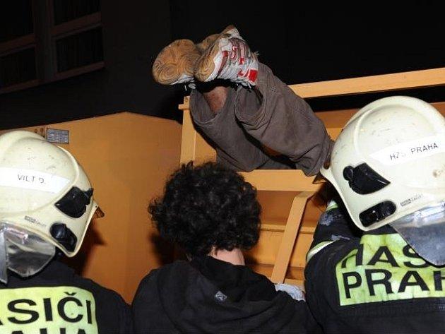 Jednotka HZS Praha vyprostila z kontejneru na textil uvězněnou osobu.
