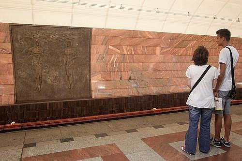Přežívající symboly minulé doby ve stanici metra Anděl.