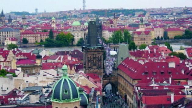 Výhled z věže sv. Mikuláše na Karlův most