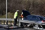 Audi vyjelo z nájezdu na Pražský okruh, porazilo lampu a nabouralo do svodidel. Řidič z místa nehody utekl.