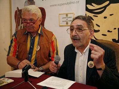 Herec Jiři Krampol (zleva) a Aleksander Perichian čtou Vojaka Švejka - během literarní akce. 28. května v Praze zahájil se podesate literární maraton Nonstop čtení - Pocta Jaroslavu Haškovi.