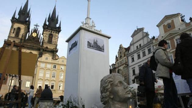ZATÍM JEN JAKO MODEL. Příznivci návratu sloupu vystavili maketu monumentu na Staroměstském náměstí.