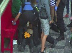 Strážníci společně s mladíky zachránili lidský život.