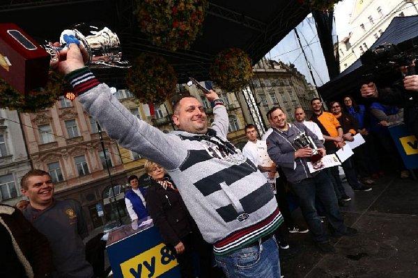 Vítězem 14.ročníku MAKRO Mistrovství České republiky votevírání ústřic se stal Václav Frič zrestaurace Na Pekárně vČakovičkách. Třicet ústřic typu Belon otevřel včase 5minut 42sekund.
