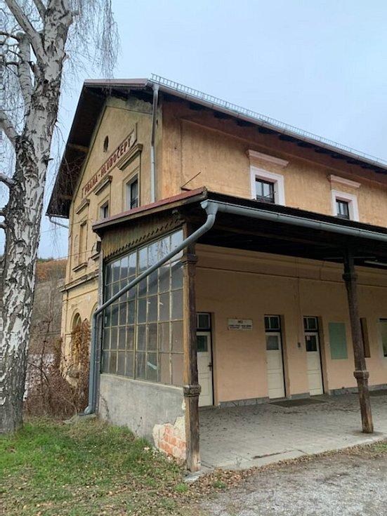 """Bývalé stanici, která v současnosti slouží jako výhybna a její prostory využívá Lesní dětský klub Prokopáček, se dnes již říká """"Prokopské údolí – výhybna""""."""