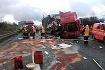 Dálnici D1 u Všechrom nedaleko Prahy zablokovala nehoda čtyř nákladních aut.